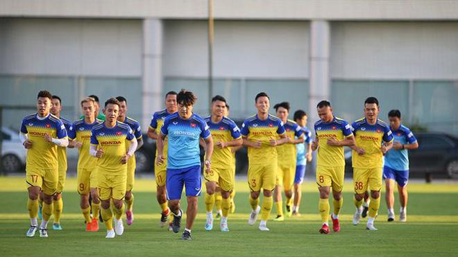 VIDEO bóng đá Việt Nam: ĐTVN tập nhẹ trong ngày hội quân. Công Phượng đá chính, U21 Sint-Truidense thua đậm
