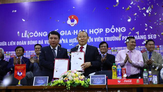 VIDEO: Trao giải V-League Awards 2019, HLV Park Hang Seo và VFF kí hợp đồng mới