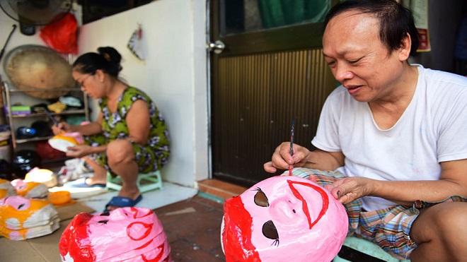 Người giữ nghề làm mặt nạ giấy bồi Tết Trung thu