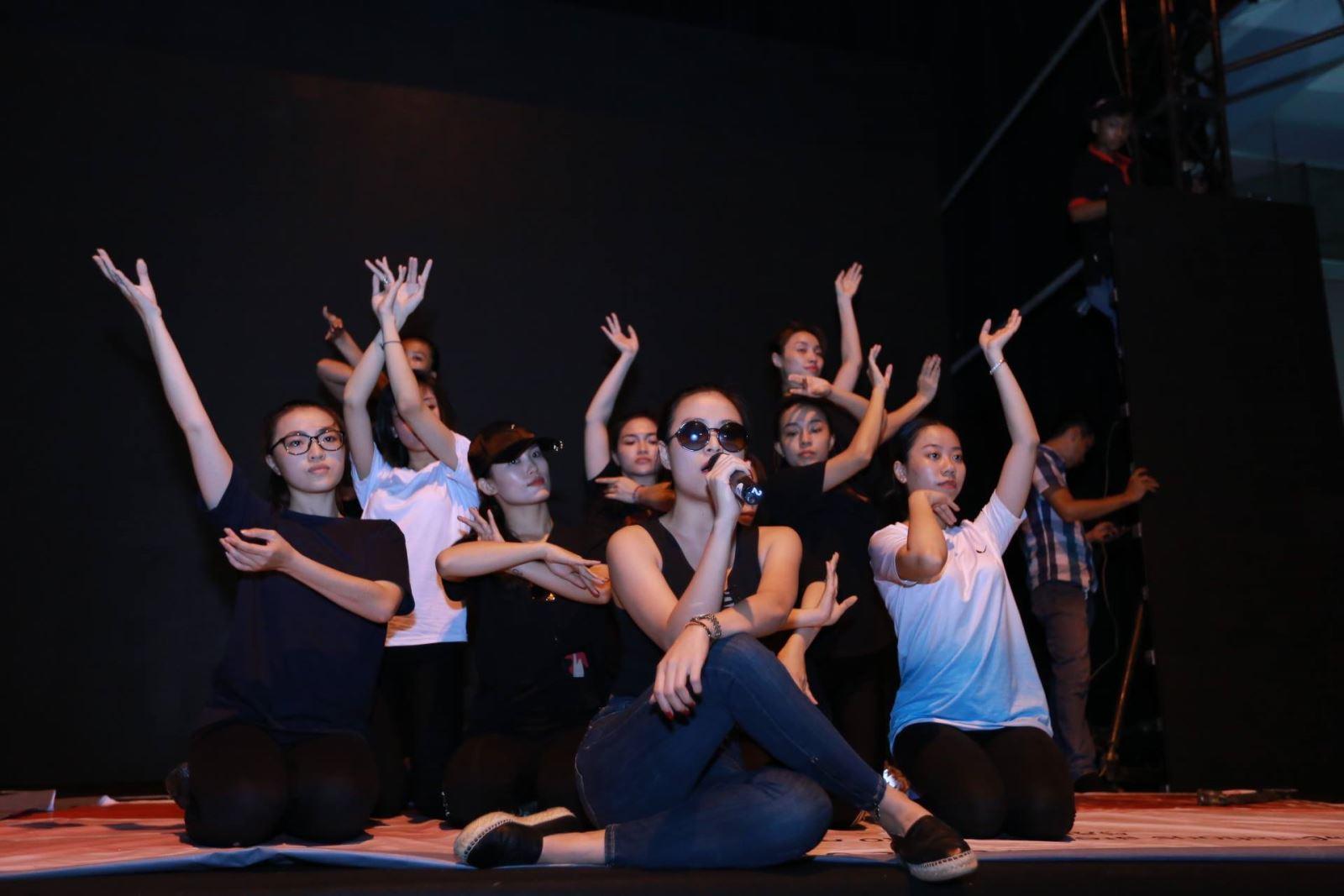 Hoàng Thùy Linh với kính đen, áo croptop và quần jean gọn gàng trong buổi tổng duyệt