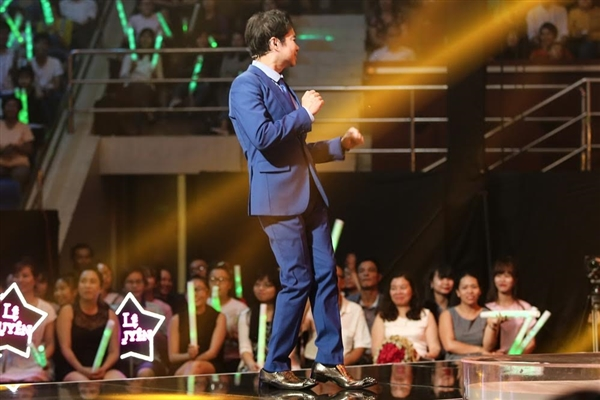 Anh cổ vũ nhiệt tình cho phần trình diễn của Triều Quân