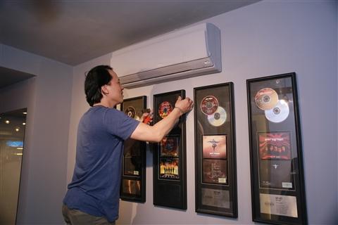 Khu vực trưng bày các album của Bức Tường