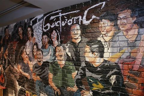 Bức tường với các thành viên xuất hiện ngay tại cửa vào