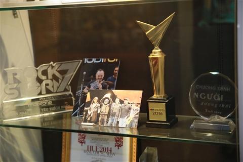 Không gian tôn vinh sức sáng tạo và lao động của Bức Tường với những chiếc cúp và giải thưởng. Giải thưởng gần nhất mà Bức Tường đã đại diện thay Trần Lập nhận