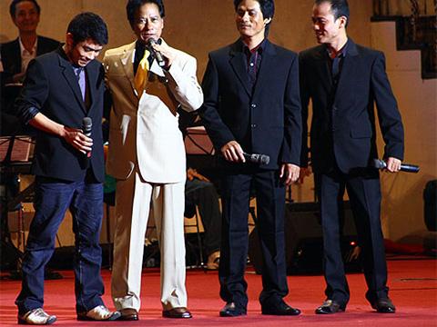 Chế Linh và các con trai trên sân khấu