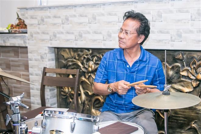 Chế Linh không chỉ hát hay mà còn chơi trống điệu nghệ