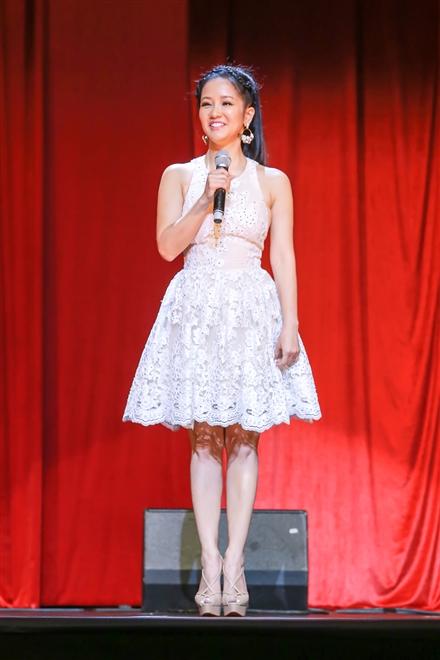 Hồng Nhung trẻ hóa với váy ngắn