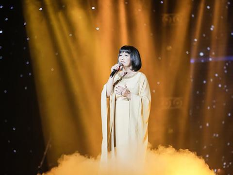 Ca sĩ Cẩm Vân - khách mời song ca trong phần thi của Anh Tú