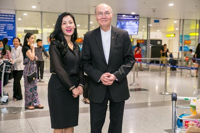 Ca sĩ Ngọc Châm - giám đốc sản xuất chương ra đón nhạc sĩ Vũ Thành An tại sân bay