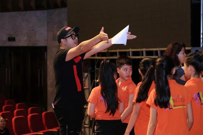 Ca sĩ Minh Quân vừa tập luyện, vừa chỉ đạo các bé thiếu nhi cùng tham gia biểu diễn