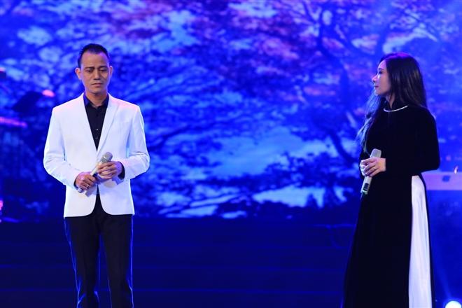 Tiếp đến, giọng ca ngọt ngào Thanh Thanh Hiền với Buồn chi em ơi. Đây cũng là lần hiếm hoi trên sân khấu Thanh Thanh Hiền song với chồng – ca sĩ Chế Phong với Tình bơ vơ.