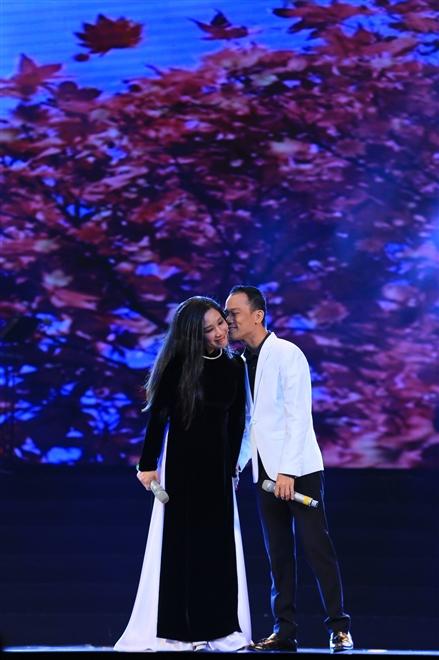 Nhưng chỉ ngay sau khi kết thúc phần trình diễn, Chế Phong đã bày tỏ tình yêu với vợ ngay trên sân khấu