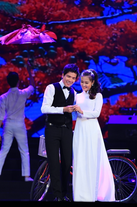 Không chỉ hát mà Hồ Quang 8 diễn cũng rất tình