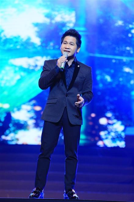 Trọng Tấn vừa đi qua cơn sốt xuất huyết cùng đêm nhạc song ca của mình với Anh Thơ, đã đến ủng hộ Hồ Quang 8