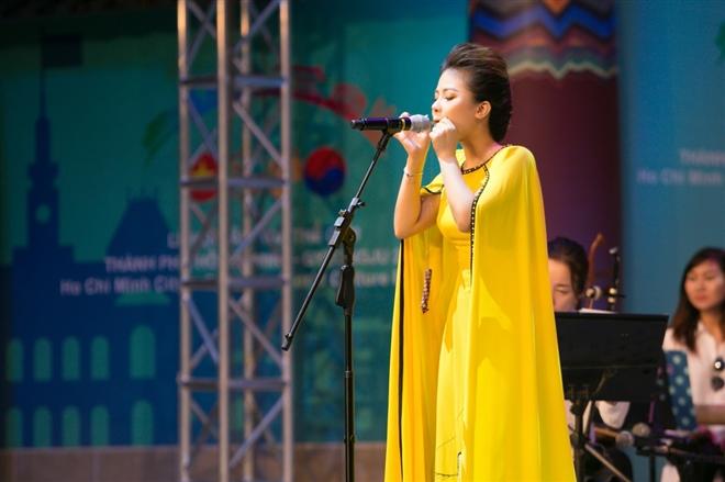 Dương Hoàng Yến hát Chiếc khăn Piêu và thể hiện khả năng thổi kèn lá