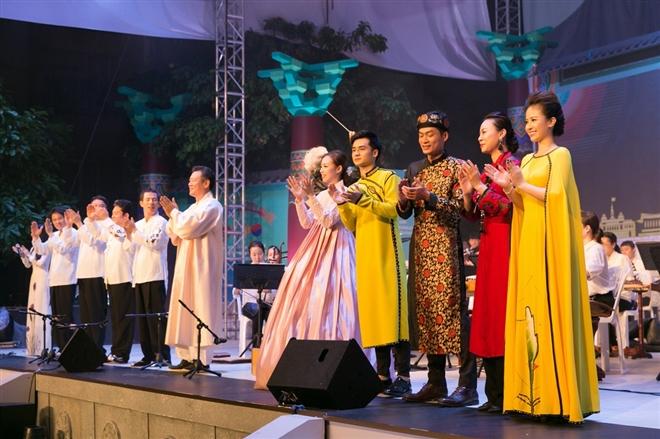 Các nghệ sĩ Việt Nam và quốc tế