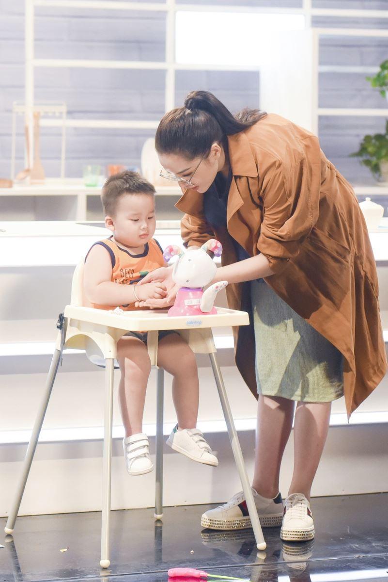 Kỳ Duyên chơi cùng bé trước khi bước vào phần thi Cho trẻ ăn. Cô đã có kinh nghiệm cho cháu