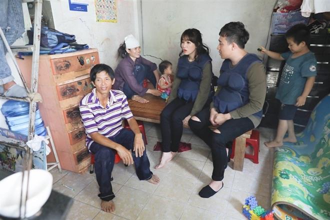 Ở gia đình mà Trấn Thành - Hari tìm đến,người vợ làm nghề buôn bán ve chai và là trụ cột chính của gia đình, người chồng thì bị chấn thương do tai nạn nghề nghiệp để lại.