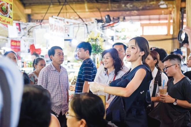 """Không như các đội khác, Hương Giang lại là chân chạy bàn trong đội của mình. Cô đã phải """"canh tranh"""" với Trấn Thành và Hứa Vỹ Văn trong khâu chào món ăn với khách"""