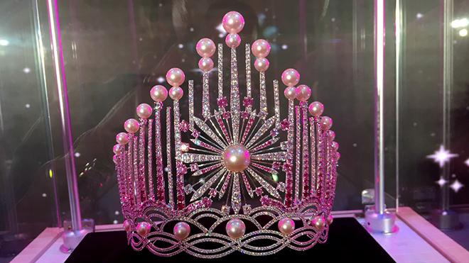 """chiếc vương miện được xem là """"vô giá cả""""."""