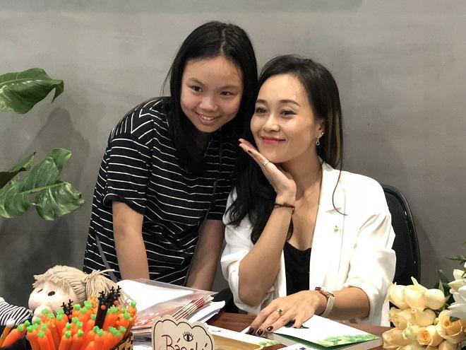 Trần Ngọc Anh Thư bên độc giả nhí
