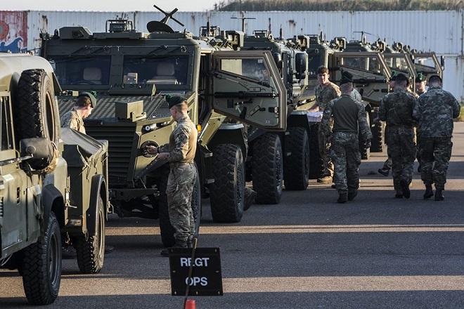 Binh sĩ Anh tới cảng Hoek van Holland (Hà Lan) trước khi lên đường tới Na Uy tham gia cuộc tập trận Trident Juncture của NATO ngày 10/10/2018. Ảnh: AFP/ TTXVN