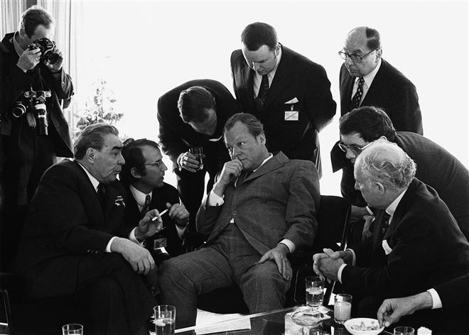 56.Leonid Breschnew, Willy Brandt, tại Bonn, 1973 Ngày 19 tháng Năm 1973, Thủ tướng Willy Brandt và Nguyên thủ Quốc gia Xô Viết Leonid Brezhnev đã gặp nhau ở Bonn. Đây là chuyến thăm đầu tiên của một Tổng bí thư Đảng Cộng sản Xô Viết tại Cộng hoà Liên Bang Đức và đó cũng là một dấu hiệu cho hy vọng giảm bớt sự căng thẳng giữa hai khối chính trị.