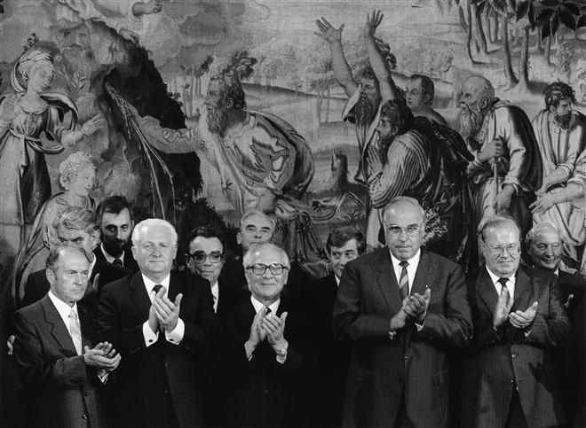 60.Chuyến thăm của Erich Honecker tại Tây Đức, Bonn, 1987 Chính sách đối ngoại của Đông Đức có mục đích chính giành lấy sự công nhận ngoại giao dưới tư cách của một đất nước có chủ quyền. Tháng chín 1987, Nguyên thủ quốc gia và Chủ tịch Đảng Cộng sản Erich Honecker đã có chuyến thăm chính thức tới Tây Đức. Ông được Thủ tướng Kohl tiếp đón bằng mọi nghi lễ chính thức ở Thủ đô Bonn. Đông Đức đã ca tụng việc này như là một thành công chính trị quan trọng.