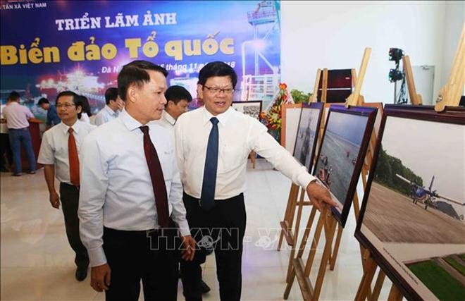 Ủy viên Trung ương Đảng, Tổng Giám đốc Thông tấn xã Việt Nam Nguyễn Đức Lợi và Phó Bí thư thường trực Thành ủy Đà Nẵng Võ Công Trí tham quan triển lãm
