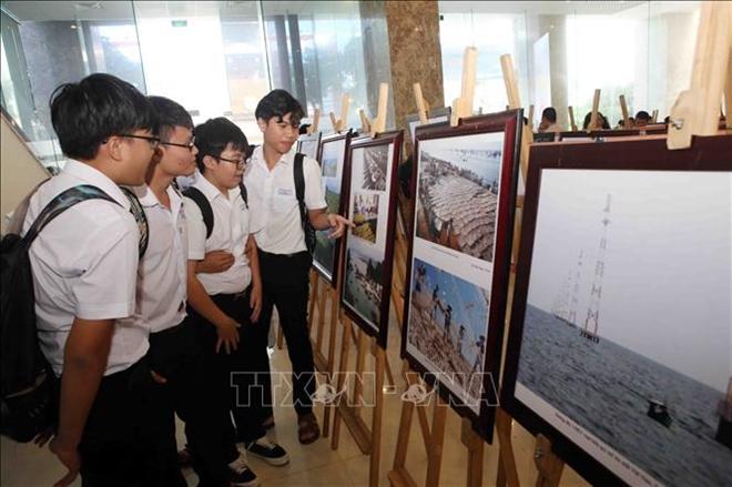 Học sinh Đà Nẵng tham quan triển lãm
