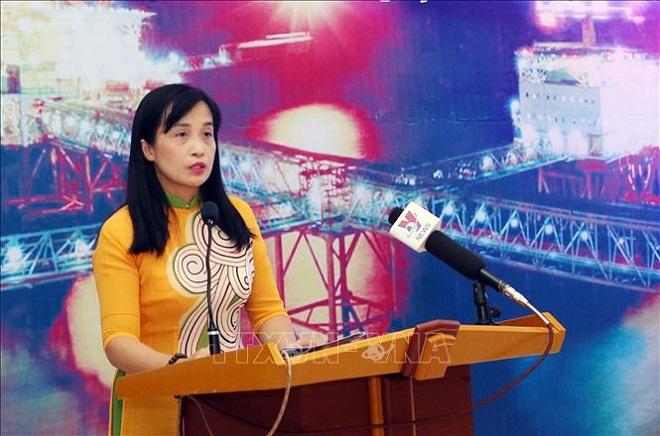 Bà Nguyễn Việt Nga, Phó Trưởng ban Truyền thông Văn hóa và doanh nghiệp Tập đoàn Dầu khí Việt Nam phát biểu tại lễ khai mạc