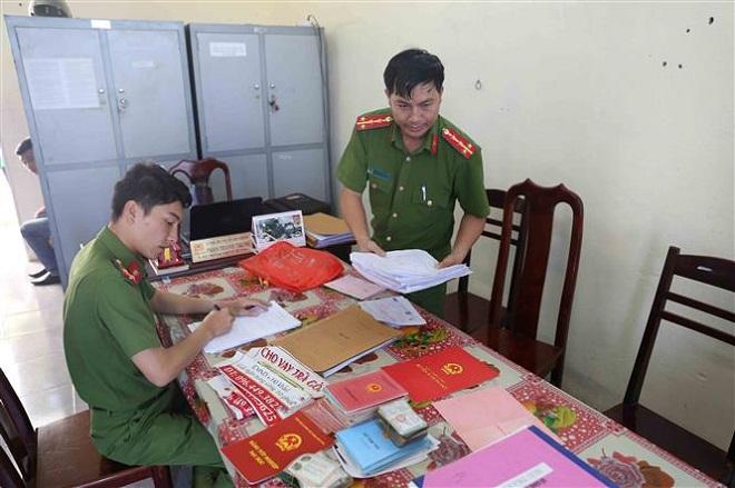 Trong ảnh: Đại tá Lê Văn Tuyến (thứ 3 từ trái qua) thưởng nóng cho ban chuyên án. Ảnh: TTXVN phát   Trong ảnh: Tang vật vụ án. Ảnh: TTXVN phát   Trong ảnh: Các đối tượng bị bắt. Ảnh: TTXVN phát