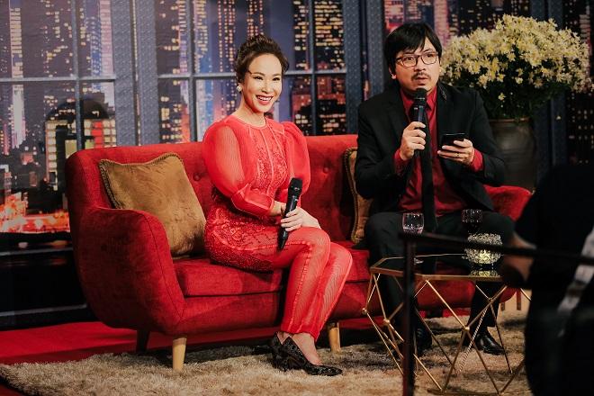 Uyên Linh cùng MC Đinh Tiến Dũng trò chuyện cùng khán giả