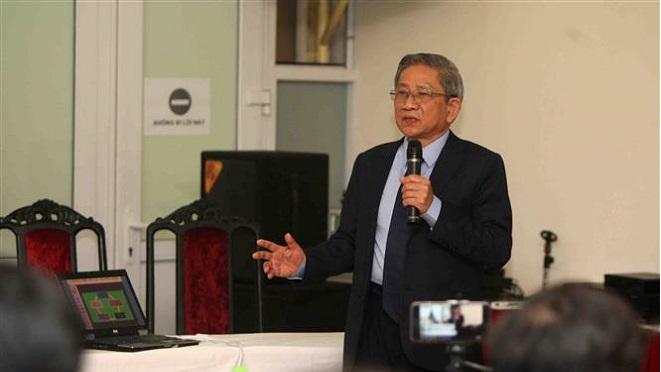 Trong ảnh: GS Nguyễn Minh Thuyết, Tổng chủ biên chương trình Giáo dục Phổ thông giới thiệu tổng thể về chương trình các môn học trong chương trình mới tại buổi họp báo. Ảnh: Thanh Tùng - TTXVN