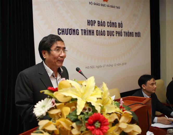 Trong ảnh: Ông Vũ Đình Chuẩn, Vụ trưởng Vụ Giáo dục Trung học(Bộ Giáo dục và Đào tạo) công bố thông tư ban hành chương trình Giáo dục Phổ thông mới. Ảnh: Thanh Tùng - TTXVN