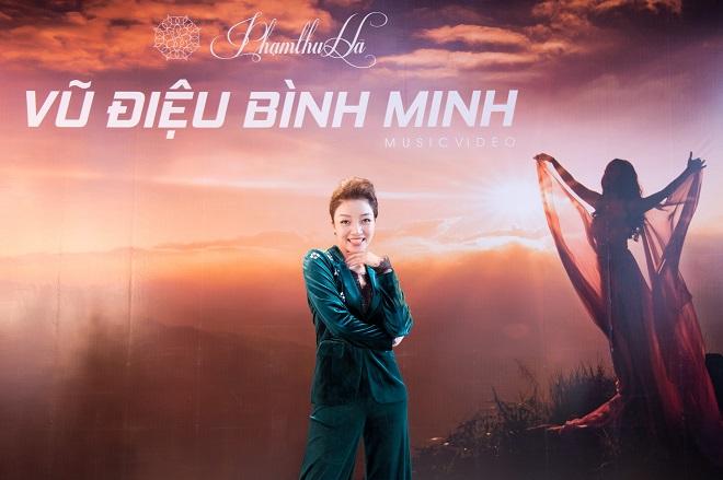 Ca sĩ Phạm Thu Hà tại buổi ra mắt