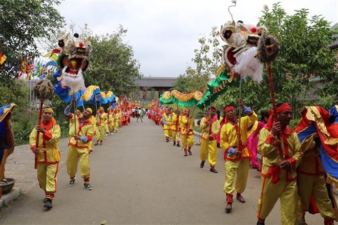 Trong ảnh: Lễ rước kiệu lên chùa Bái Đính cổ. Ảnh: Ninh Đức Phương - TTXVN