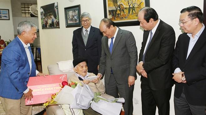 Thủ tướng Nguyễn Xuân Phúc thăm, chúc Tết các nhà khoa học lão thành tại Hà Nội