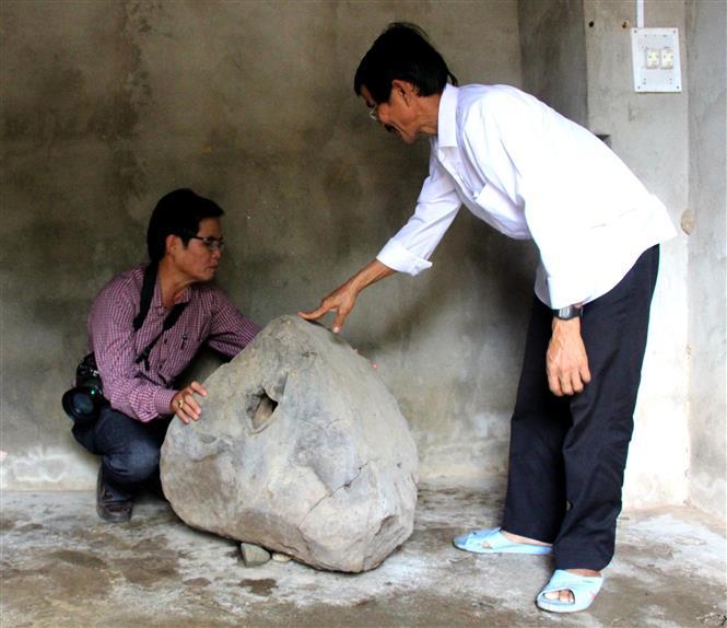 Trong ảnh: Ông Đinh Xuân Quen (áo trắng) xã Ba Trang hiện đang sở hữu chiếc tù và đá. Ảnh: Phước Ngọc - TTXVN