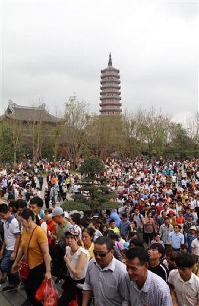 Trong ảnh: Lễ khai mạc thu hút đông đảo du khách và phật tử thập phương tới dự. Ảnh: Ninh Đức Phương - TTXVN