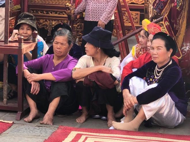 Dân làng Đông Anh chờ đến giờ làm lễ