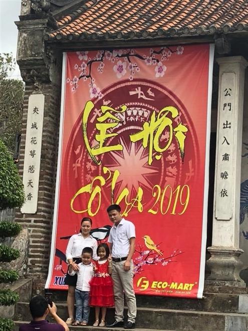 Du khách chụp hình lưu niệm tại lễ hội Cổ Loa