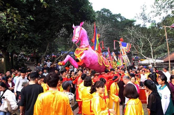 Trong ảnh: Lễ rước ngựa sắt của người dân thôn Phù Mã, xã Phù Linh. Ảnh: Quang Quyết-TTXVN
