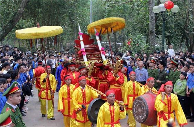 Trong ảnh: Lễ rước ngà voi của người dân thôn Đức Hậu, xã Đức Hòa. Ảnh: Quang Quyết-TTXVN