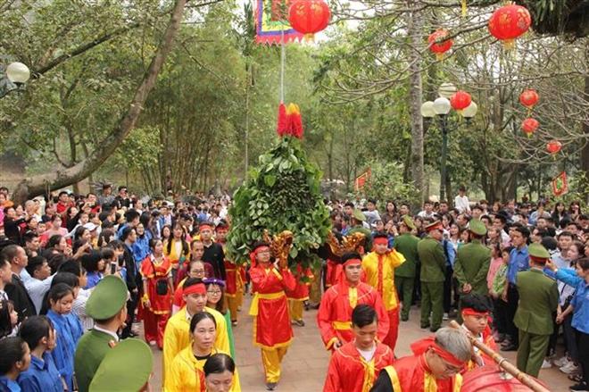 Trong ảnh: Lễ rước trầu cau của người dân thôn Đan Tảo, xã Tân Minh. Ảnh: Quang Quyết-TTXVN