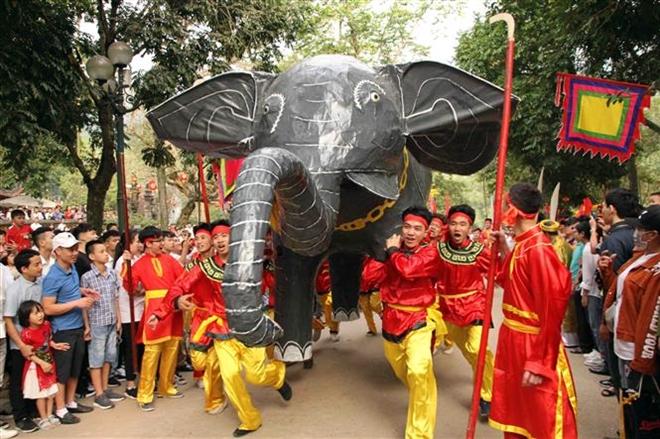 Trong ảnh: Lễ rước voi chiến của người dân thôn Dược Thượng, xã Tiên Dược. Ảnh: Quang Quyết-TTXVN