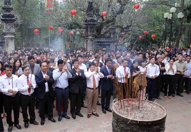 Trong ảnh: Các đại biểu và nhân dân dâng hương trong ngày khai hội đền Sóc năm 2019. Ảnh: Quang Quyết-TTXVN