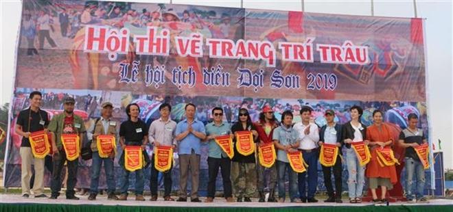 Trong ảnh: Ban tổ chức hội thi tặng cờ lưu niệm cho các họa sỹ tham gia hội thi. Ảnh: Nguyễn Chinh - TTXVN