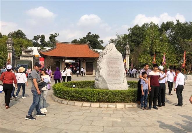 Du khách tham quan, chụp ảnh lưu niệm tại đền Hai Bà Trưng