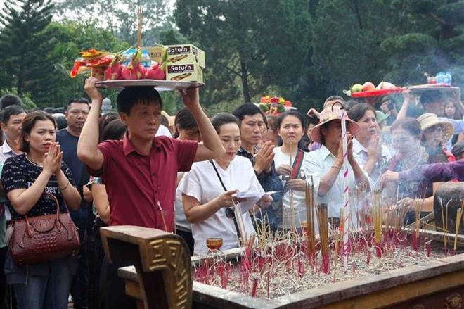 Trong ảnh: Du khách thập phương trẩy hội, dâng hương trong ngày khai hội. Ảnh: Thanh Tùng-TTXVN
